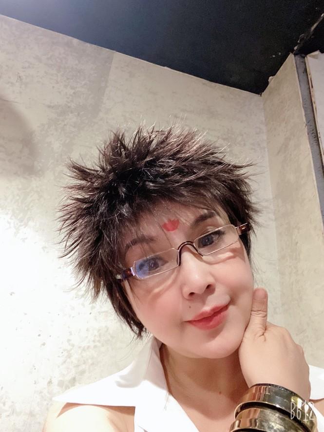 """""""Sốc toàn tập"""" trước kiểu tóc cắt ngắn, dựng ngược như đàn ông của NSND Lan Hương - Ảnh 2"""
