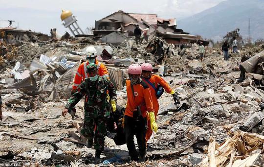 Video chưa từng công bố: Khoảnh khắc sóng thần nhấn chìm thành phố biển của Indonesia - Ảnh 1