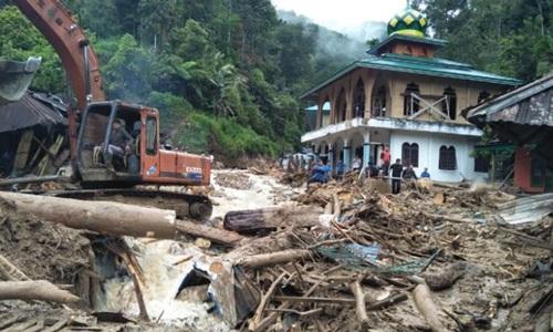 Indonesia: Lũ quét, lở đất phá hủy một trường tiểu học, cuốn trôi 29 học sinh - Ảnh 1