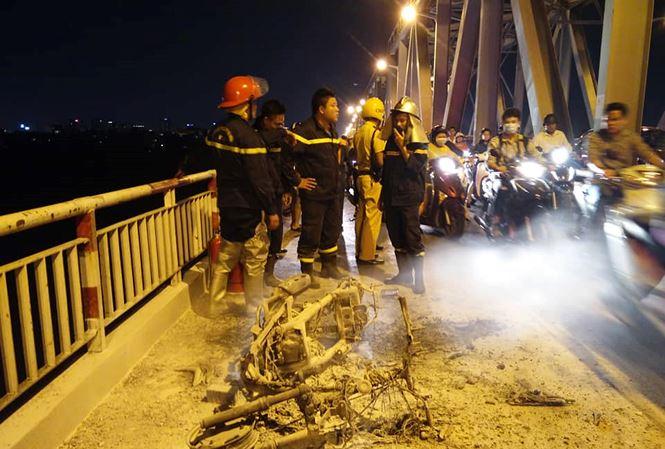 Xe máy bất ngờ bốc cháy ngùn ngụt, trơ khung trên cầu Chương Dương - Ảnh 1
