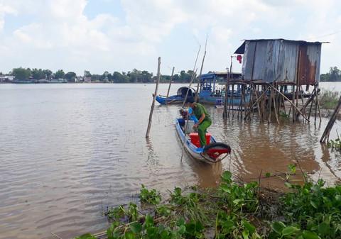 Chìm sà lan trên sông Hậu, 2 mẹ con tử vong - Ảnh 1