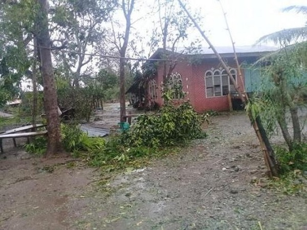 Siêu bão Yutu đổ bộ Philippines, chôn vùi hàng chục người dưới lớp đất lở - Ảnh 1