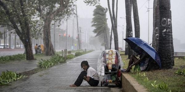 Siêu bão Yutu đổ bộ Philippines, chôn vùi hàng chục người dưới lớp đất lở - Ảnh 6