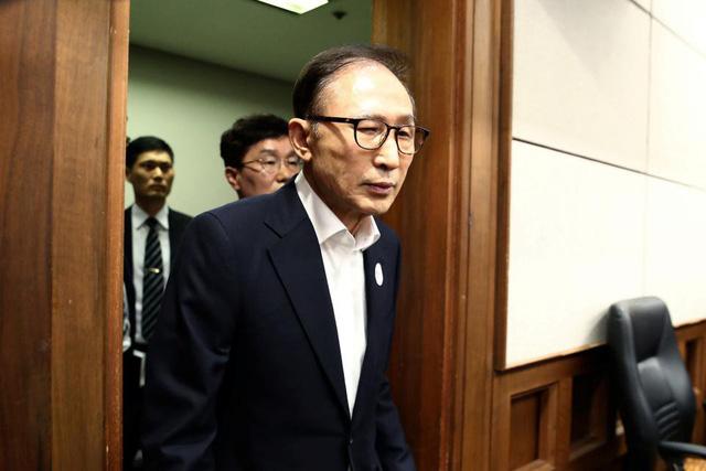 Cựu Tổng thống Hàn Quốc Lee Myung-bak lĩnh 15 năm tù giam vì tham nhũng - Ảnh 1