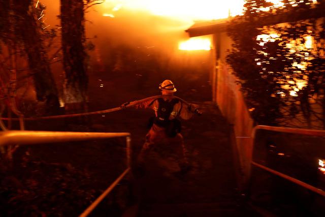 Cháy rừng như tận thế tại Mỹ: Một thị trấn bị thiêu rụi, ít nhất 5 người thiệt mạng - Ảnh 8