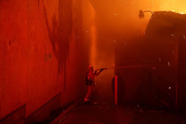 Cháy rừng như tận thế tại Mỹ: Một thị trấn bị thiêu rụi, ít nhất 5 người thiệt mạng - Ảnh 9