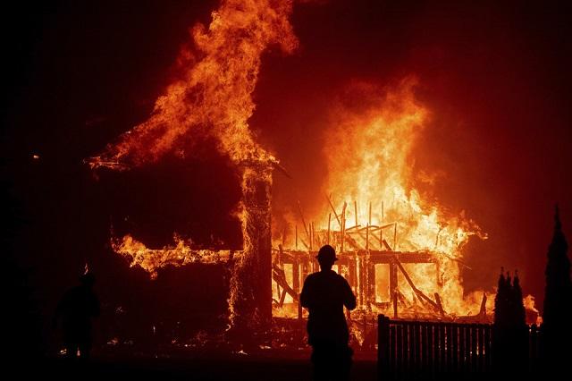 Cháy rừng như tận thế tại Mỹ: Một thị trấn bị thiêu rụi, ít nhất 5 người thiệt mạng - Ảnh 2