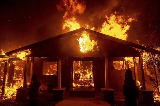 Cháy rừng như tận thế tại Mỹ: Một thị trấn bị thiêu rụi, ít nhất 5 người thiệt mạng - Ảnh 4