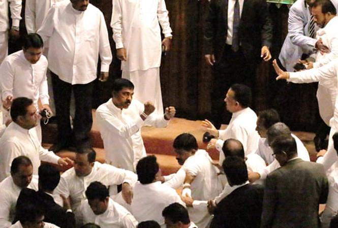 Video: Nghị sĩ Sri Lanka ẩu đả tập thể, đổ máu ngay giữa phiên họp quốc hội - Ảnh 1