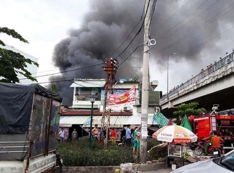 Cháy kho gần cầu Mỹ Thuận, người dân hoảng loạn ôm đồ bỏ chạy - Ảnh 1