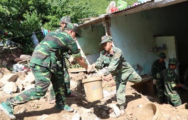 Lũ quét ở Khánh Hoà: Huy động hàng chục chiến sĩ giúp dân dọn dẹp đống đổ nát - Ảnh 1