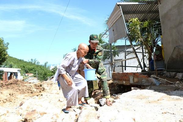 Lũ quét ở Khánh Hoà: Huy động hàng chục chiến sĩ giúp dân dọn dẹp đống đổ nát - Ảnh 12