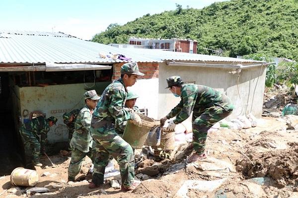 Lũ quét ở Khánh Hoà: Huy động hàng chục chiến sĩ giúp dân dọn dẹp đống đổ nát - Ảnh 2
