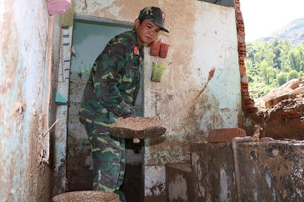 Lũ quét ở Khánh Hoà: Huy động hàng chục chiến sĩ giúp dân dọn dẹp đống đổ nát - Ảnh 3