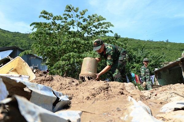 Lũ quét ở Khánh Hoà: Huy động hàng chục chiến sĩ giúp dân dọn dẹp đống đổ nát - Ảnh 5