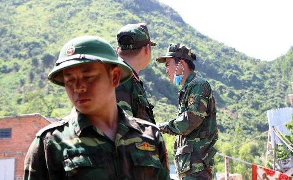 Lũ quét ở Khánh Hoà: Huy động hàng chục chiến sĩ giúp dân dọn dẹp đống đổ nát - Ảnh 8