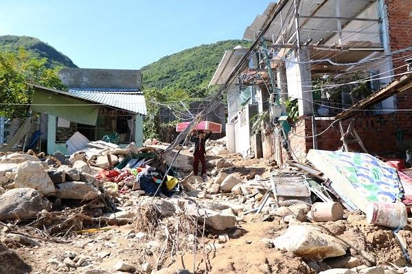 Lũ quét ở Khánh Hoà: Huy động hàng chục chiến sĩ giúp dân dọn dẹp đống đổ nát - Ảnh 9