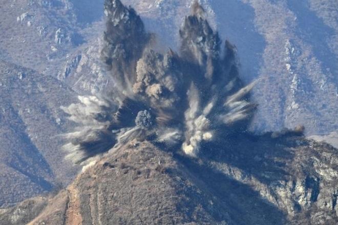 Cận cảnh Hàn Quốc, Triều Tiên cho nổ tung các chốt gác ở khu phi quân sự - Ảnh 1