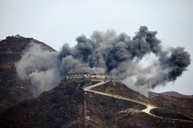 Cận cảnh Hàn Quốc, Triều Tiên cho nổ tung các chốt gác ở khu phi quân sự - Ảnh 3
