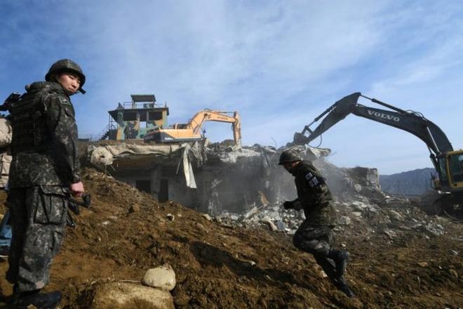 Cận cảnh Hàn Quốc, Triều Tiên cho nổ tung các chốt gác ở khu phi quân sự - Ảnh 5