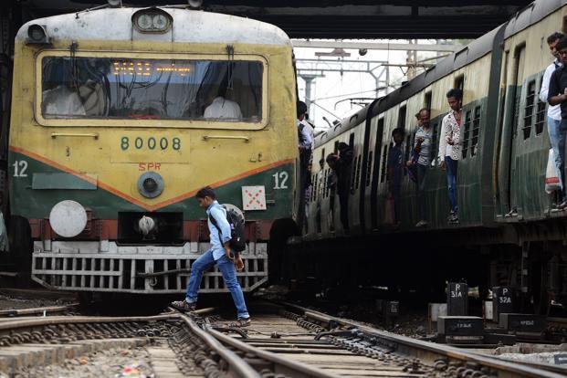 Lo thất nghiệp và áp lực thi cử, 4 thanh niên Ấn Độ lao đầu vào xe lửa tự tử - Ảnh 1