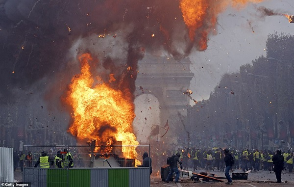 Thủ đô Paris: 8.000 người tràn xuống đường, biểu tình biến thành bạo loạn  - Ảnh 3