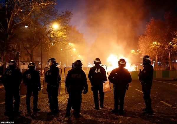 Thủ đô Paris: 8.000 người tràn xuống đường, biểu tình biến thành bạo loạn  - Ảnh 5