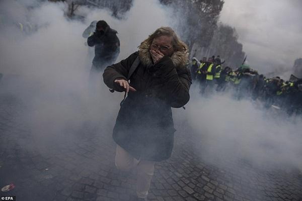 Thủ đô Paris: 8.000 người tràn xuống đường, biểu tình biến thành bạo loạn  - Ảnh 6