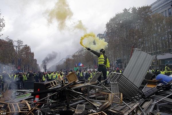 Thủ đô Paris: 8.000 người tràn xuống đường, biểu tình biến thành bạo loạn  - Ảnh 8