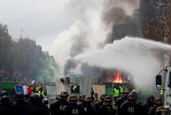 Thủ đô Paris: 8.000 người tràn xuống đường, biểu tình biến thành bạo loạn  - Ảnh 9