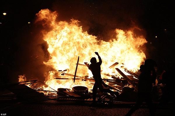 Thủ đô Paris: 8.000 người tràn xuống đường, biểu tình biến thành bạo loạn  - Ảnh 10