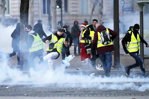 Thủ đô Paris: 8.000 người tràn xuống đường, biểu tình biến thành bạo loạn  - Ảnh 11
