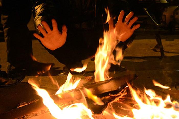Đốt than trong nhà sưởi ấm, 1 người tử vong, 3 người cấp cứu - Ảnh 1