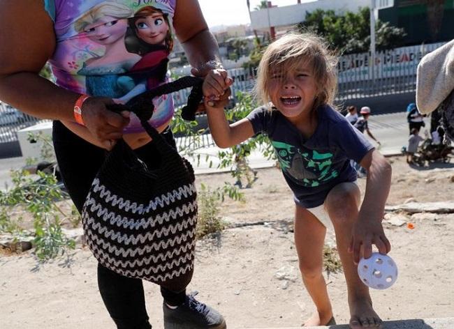 Tổng thống Trump phủ nhận đặc vụ biên giới dùng hơi cay với trẻ em di cư - Ảnh 7