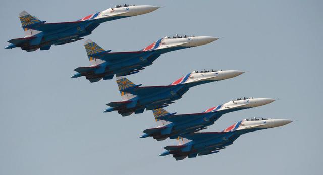 Tiêm kích Su-27, Su-30 của Nga ồ ạt bay tới bán đảo Crimea giữa lúc căng thẳng leo thang - Ảnh 1