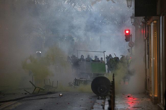 Quang cảnh như 'chiến trường' tại Paris sau vụ biểu tình bạo lực - Ảnh 1