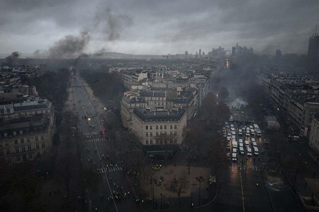 Quang cảnh như 'chiến trường' tại Paris sau vụ biểu tình bạo lực - Ảnh 3