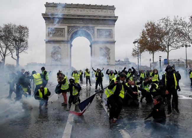 Quang cảnh như 'chiến trường' tại Paris sau vụ biểu tình bạo lực - Ảnh 15