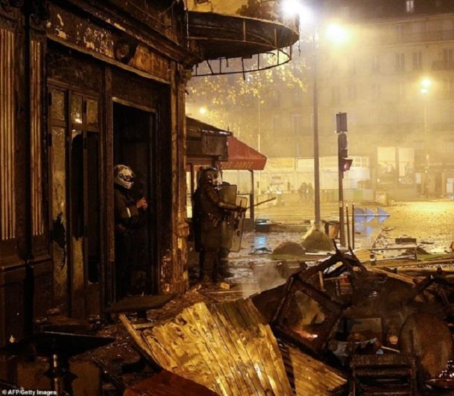 Quang cảnh như 'chiến trường' tại Paris sau vụ biểu tình bạo lực - Ảnh 16
