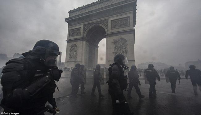 Quang cảnh như 'chiến trường' tại Paris sau vụ biểu tình bạo lực - Ảnh 17