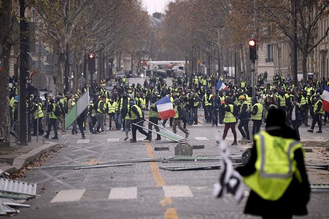 Quang cảnh như 'chiến trường' tại Paris sau vụ biểu tình bạo lực - Ảnh 4