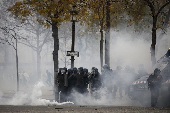Quang cảnh như 'chiến trường' tại Paris sau vụ biểu tình bạo lực - Ảnh 5