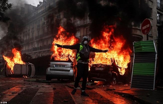 Quang cảnh như 'chiến trường' tại Paris sau vụ biểu tình bạo lực - Ảnh 7