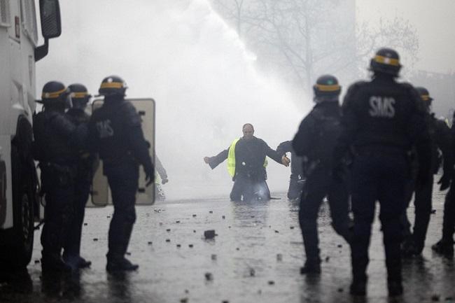 Quang cảnh như 'chiến trường' tại Paris sau vụ biểu tình bạo lực - Ảnh 8