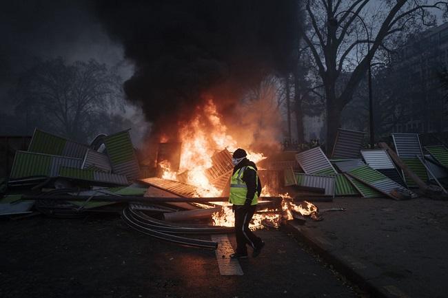 Quang cảnh như 'chiến trường' tại Paris sau vụ biểu tình bạo lực - Ảnh 10