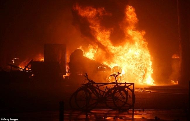 Quang cảnh như 'chiến trường' tại Paris sau vụ biểu tình bạo lực - Ảnh 11