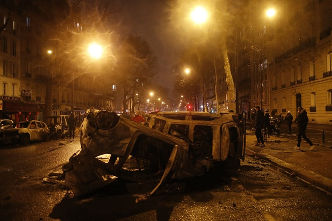 Quang cảnh như 'chiến trường' tại Paris sau vụ biểu tình bạo lực - Ảnh 12