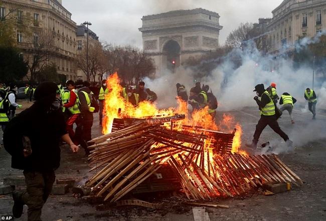 Quang cảnh như 'chiến trường' tại Paris sau vụ biểu tình bạo lực - Ảnh 14