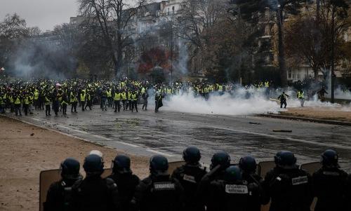 """Cuộc bạo động tồi tệ nhất trong 50 năm ở Pháp, Paris bất đắc dĩ biến thành """"chiến trường"""" - Ảnh 1"""