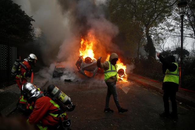 """Cuộc bạo động tồi tệ nhất trong 50 năm ở Pháp, Paris bất đắc dĩ biến thành """"chiến trường"""" - Ảnh 9"""